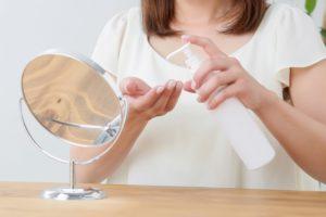 美容液をつける女性